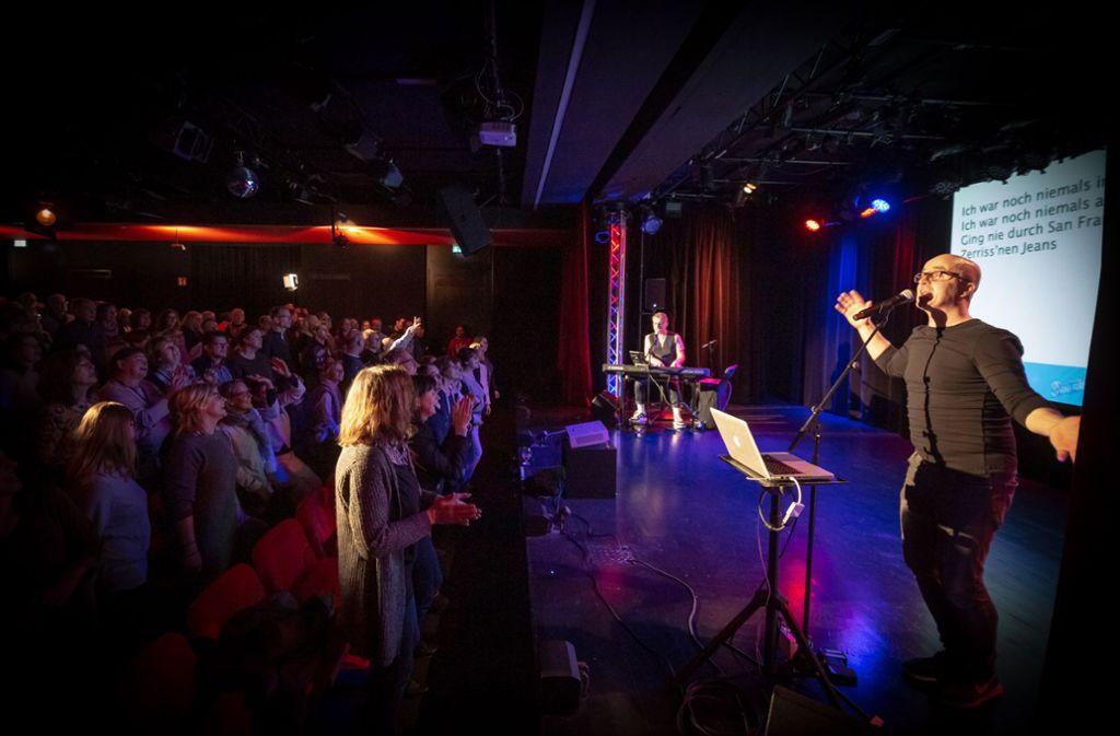 Gemeinsames Singen: Volker Becker am Klavier und Ulric Wurschy am Mikrofon freuten sich über ein sangesfreudiges Publikum. Foto: Lichtgut/Julian Rettig