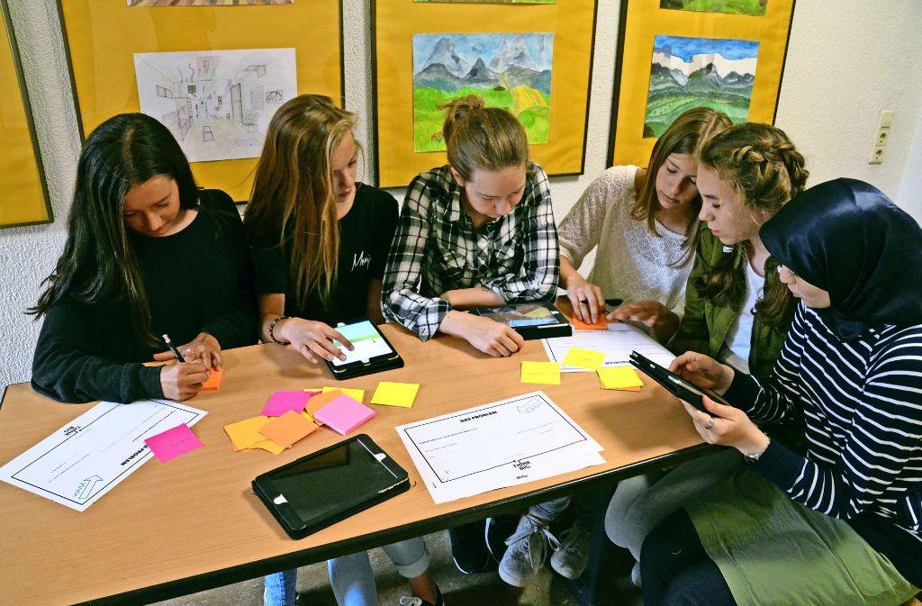 Die Schüler haben sich Problemstellungen wie Mobbing und Ausgrenzung angenommen und mit dem Tablet kurze Stop-Motion-Filme zu möglichen Lösungen gedreht. Foto: S. Hintermayr