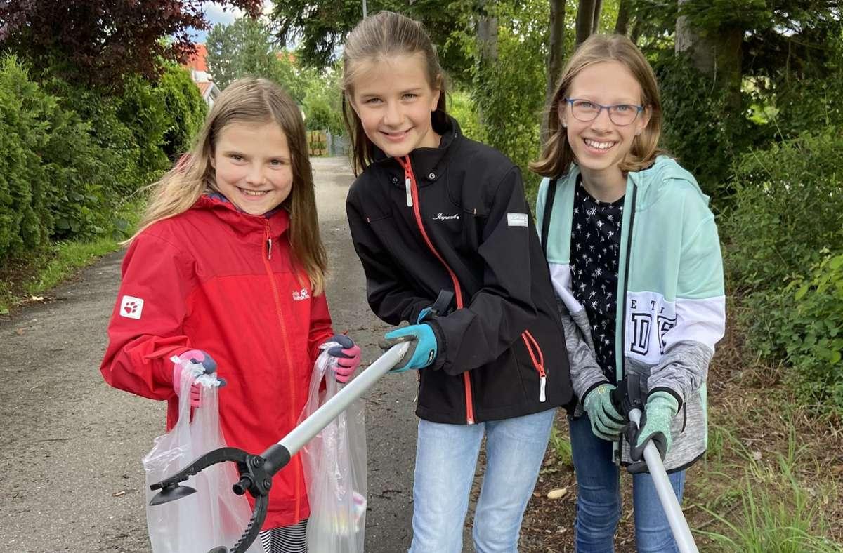 Lucy (10), Marie (10) und Amelie (11) gehören zu den Umweltheld:innen Gärtringen:  Sie sammeln Müll. Foto: Yvonne Hornikel