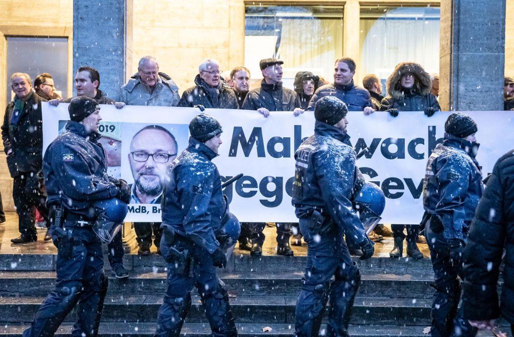 AfD-Mahnwache gegen Gewalt – eskortiert von Polizisten Foto: Lichtgut/Julian Rettig