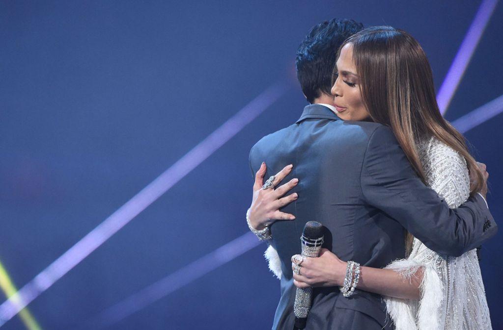 ... Umarmungen. Auch den Lippenkontakt blieben die Beiden dem Publikum nicht schuldig. Foto: AFP