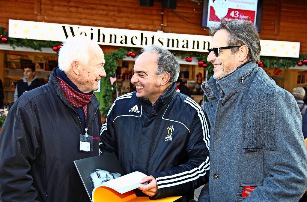 Hansi Müller (Mitte) ist einer der Charakterköpfe. Links Thomas Zell, der Vorsitzende von Weihnachtsmann & Co,  rechts Autor Uwe Bogen. Foto: Helmut Ulrich