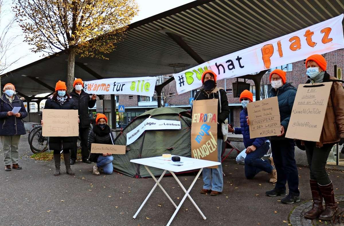 Die Mützen leuchten, die Botschaft ist eindeutig: Das reiche  Baden-Württemberg habe Platz für notleidende Flüchtlinge auch aus Lesbos, meinen die Aktivisten. Foto: /Eva Herschmann