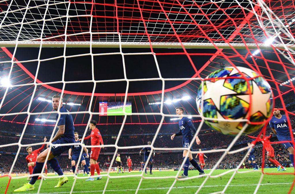 Und da zappelt der Ball im Netz der Spurs: Thomas Müller (ganz li.) jubelt über den Treffer zur 2:1-Führung des FC Bayern. Foto: dpa/Peter Kneffel
