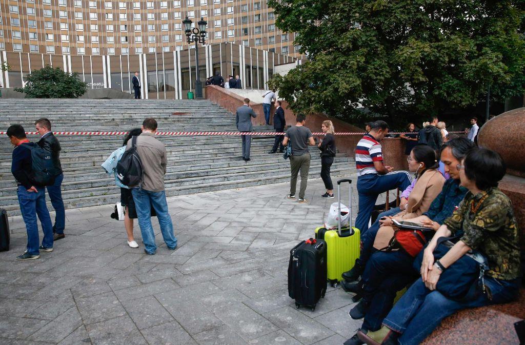 Auch das Kosmos-Hotel in Moskau wurde geräumt. Die Gäste mussten draußen warten. Foto: AFP