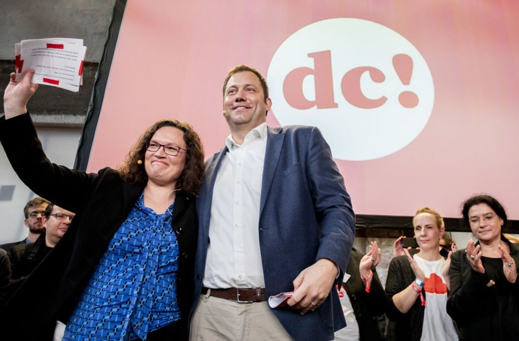 Andrea Nahles, SPD-Vorsitzende, und Lars Klingbeil, SPD-Generalsekretär, lächeln beim Abschluss des SPD-Debattencamps. Foto: dpa