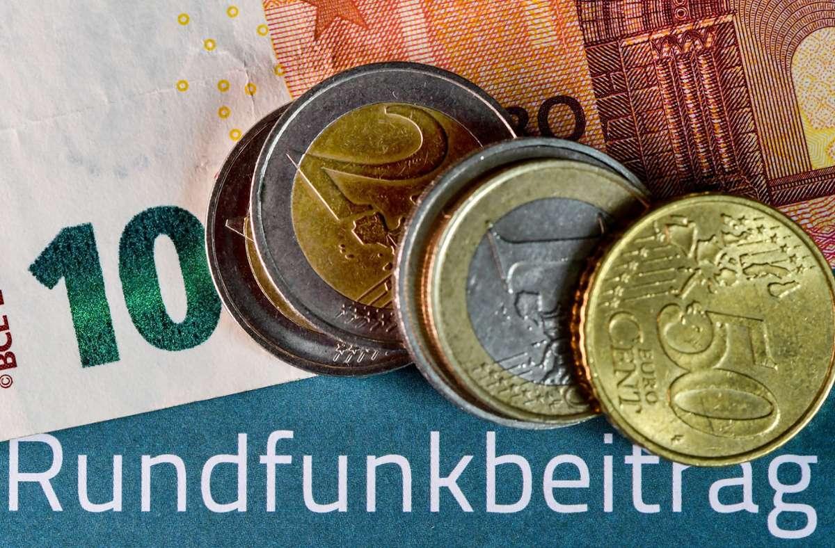 Pro Haushalt kostet der Rundfunkbeitrag jetzt 18,36 Euro im Monat. Foto: /dpa/Jens Kalaene