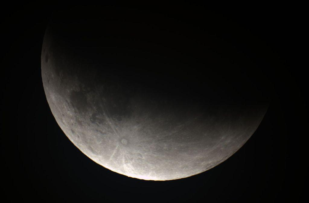 23.55: Der Mond verlässt langsam den Kernschatten. Foto: Sternwarte Welzheim