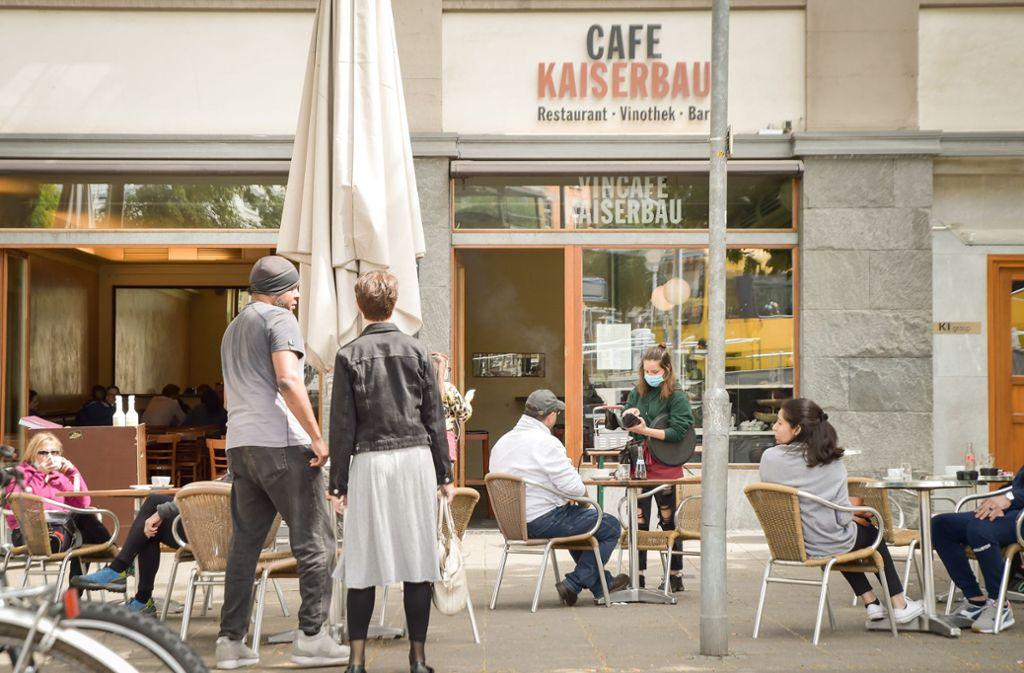 Die Mitarbeiter des Café Kaiserbau dürfen ihre Kunden wieder an Tischen bedienen. Eis von der Gelateria gibt es weiterhin nur zum Mitnehmen. Foto: Lichtgut/Ferdinando Iannone