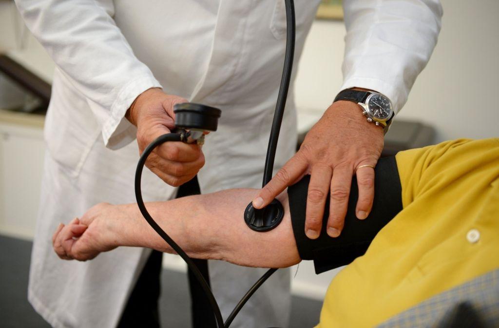Blutdruckmessen  in einer Praxis in Bad Cannstatt: Wenn der Arzt als Gesundheitslotse  wirkt, nutzt das den Kranken wie den Krankenkassen. Foto: dpa
