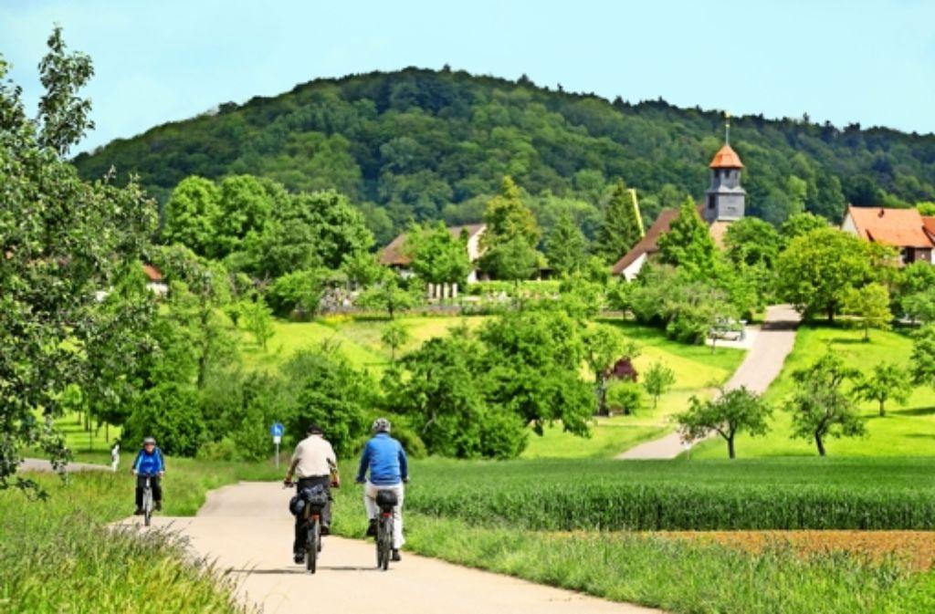 Mit dem Elektrorad ist es ein Katzensprung auf die kleine Anhöhe am Fuß der Alb, auf der Eschenbach thront.  Weiter  hinauf auf die Albhochfläche  müssen die Radler bei dieser Tour nicht. Foto: Horst Rudel