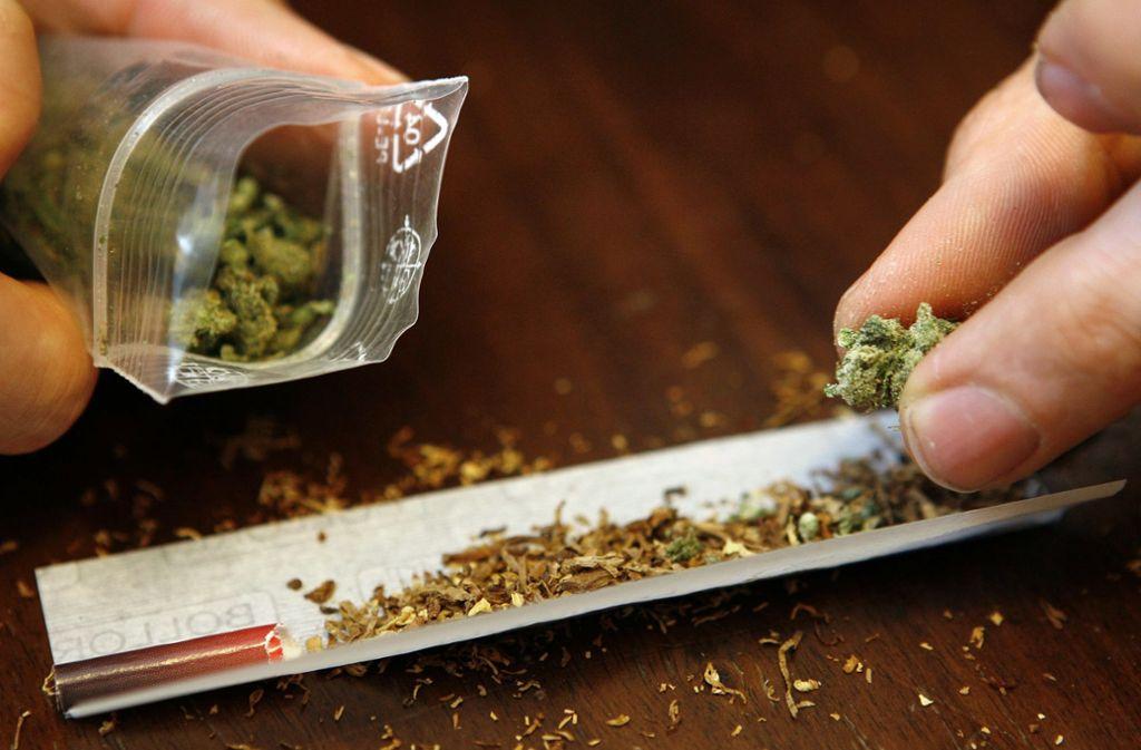 Die Polizei entdeckte mehr als ein Kilogram Marihuana bei den Männern (Symbolbild). Foto: dpa/Daniel Karmann