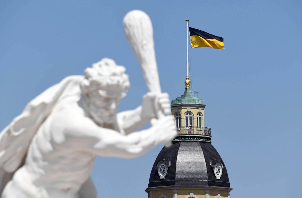 Die baden-württembergische Flagge über dem Kalrsruher Schloss weckt in manch reinem  badischen Gemüt herkulische Anwandlungen. Foto: dpa