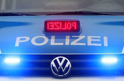 Audi rast über Kreisverkehr