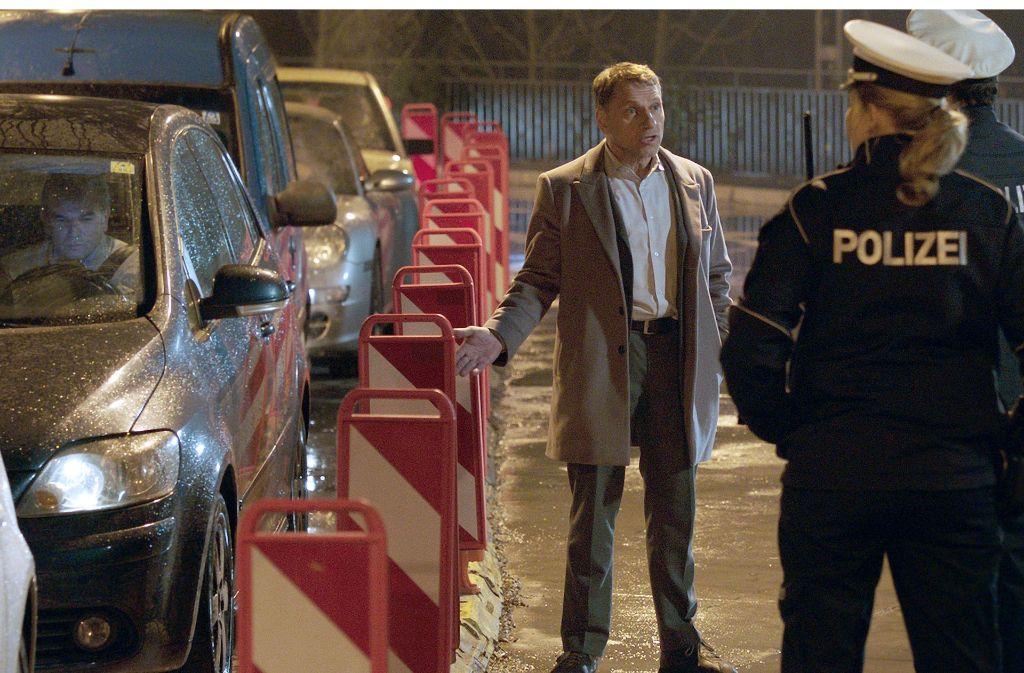 """Kommissar Thorsten Lannert (Richy Müller) braucht für die Ermittlung im Stau die Unterstützung der Schutzpolizei –  eine Szene der """"Tatort""""-Folge """"Stau"""". Foto: SWR/ARD"""
