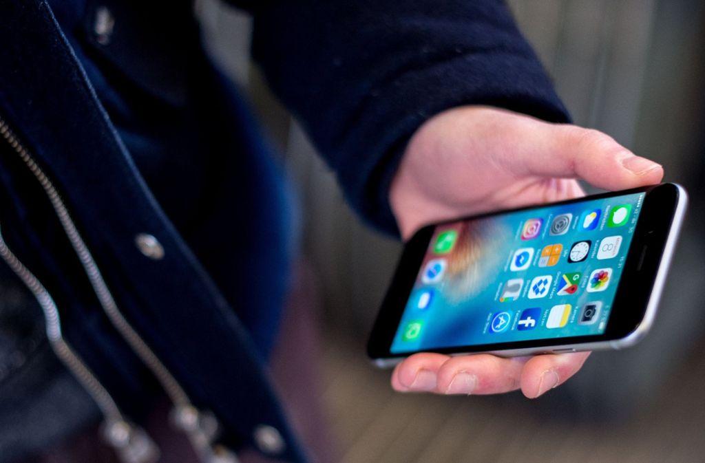 Ein 14-Jähriger greift in die Tasche einer Frau, um ihr Handy zu stehlen. Als diese den Diebstahl bemerkt, behauptet der 14-Jährige, das Handy sei zu Boden gefallen (Symbolbild). Foto: dpa