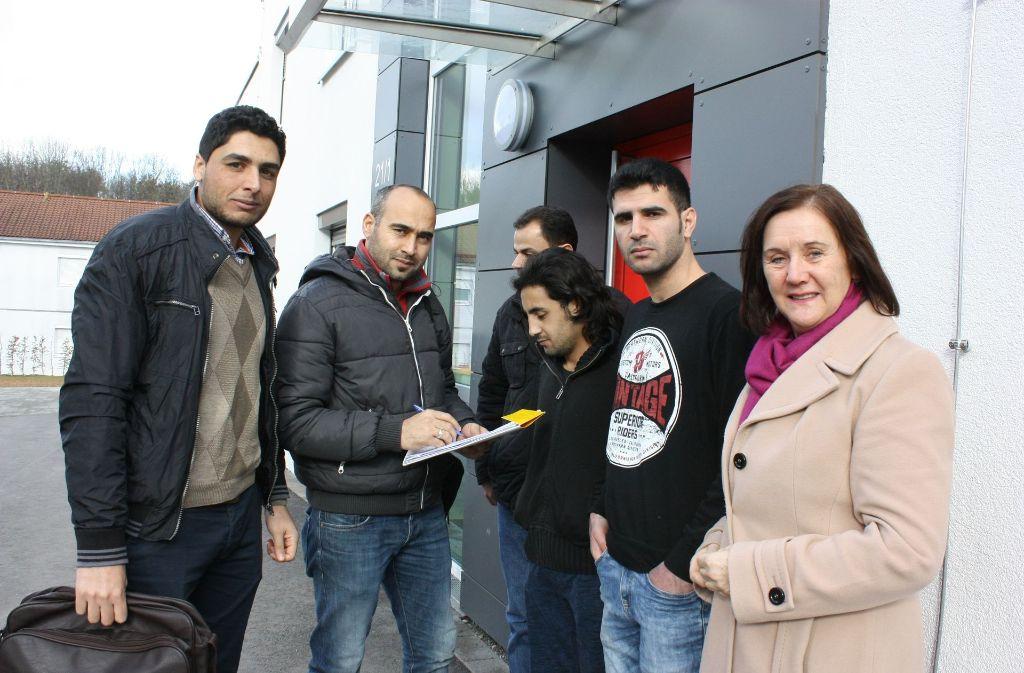 Mageed Sbagah (links) und Hammoud Alrazzak (2.v. links) helfen Monika Heilmann bei der ehrenamtlichen Flüchtlingsarbeit. Foto: N. Kanter