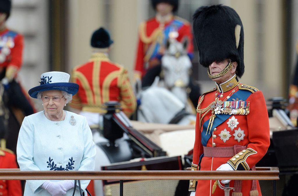 """Queen Elizabeth II und ihr Mann, der Duke of Edinburgh Prinz Philip, während der Geburtstagsparade """"Trooping the colours"""" für die Königin 2014. Foto: dpa/Andy Rain"""
