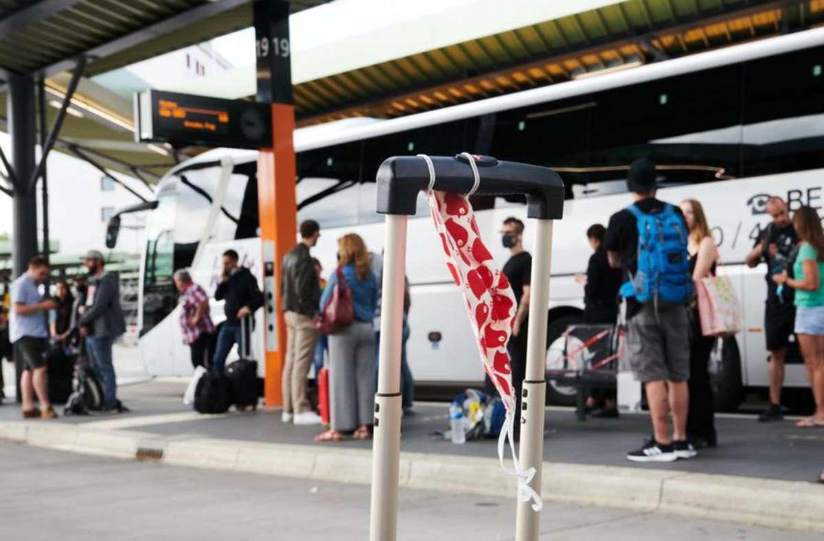 """Die Corona-Maßnahmen, wie etwa das verpflichtende Tragen einer Mund-Nase-Bedeckung auf Busfahrten, werden von einem Großteil der Bevölkerung als """"angemessen"""" bewertet. Foto: dpa/Annette Riedl"""