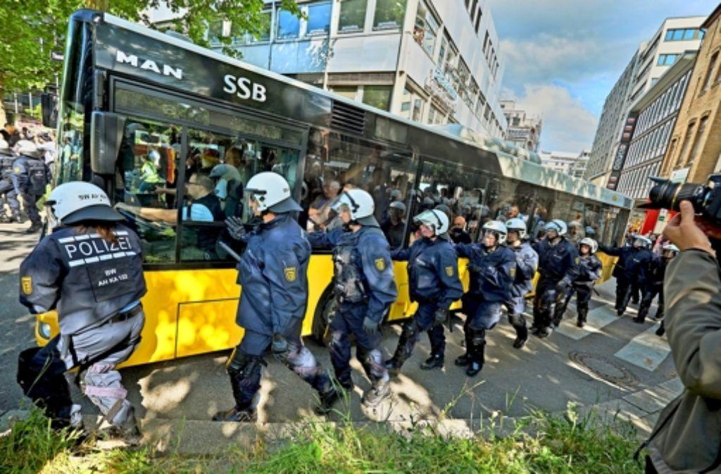 Mit Bussen lässt die Polizei die Pegida-Anhänger abreisen. Foto: Heiss/Lichtgut