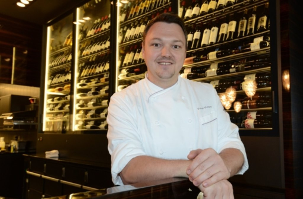 Küchenchef Peter Hagen im Restaurant Ammolite. Der 35-Jährige ist der Überraschungssieger der diesjährigen Sternevergabe des renommierten «Michelin»-Führers. Er ist der einzige Sternekoch, dessen Restaurant sich in einem Freizeitpark befindet.  Foto: dpa