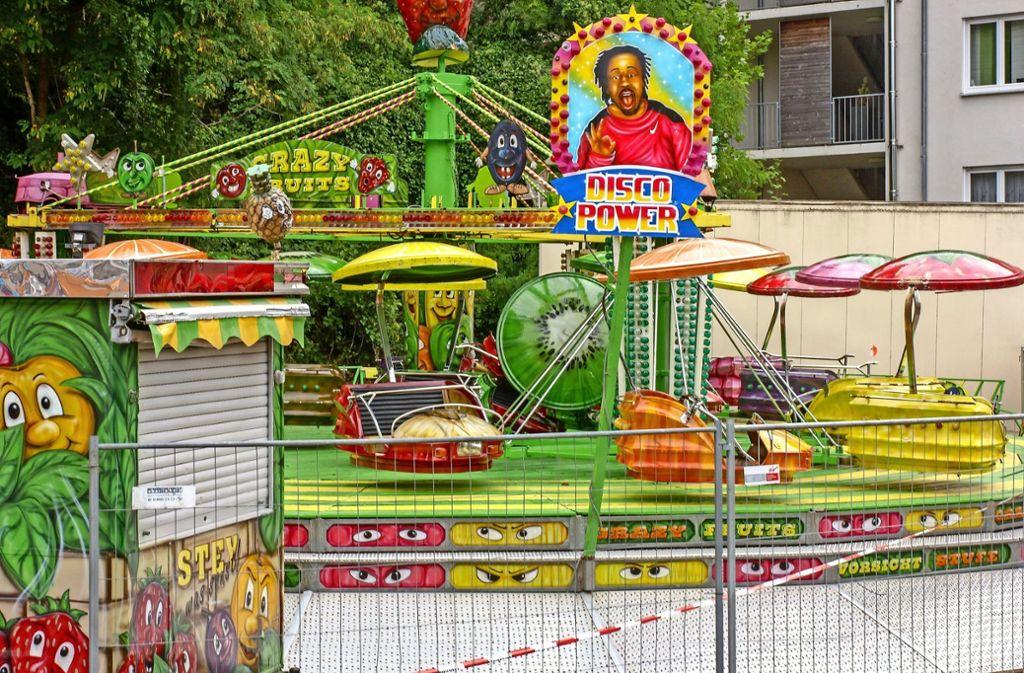Das Fahrgeschäft für kleine Kinder ist gesperrt. In der Bildmitte ist die aus der Verankerung gelöste Gondel mit grünem Dach zu erkennen. Foto: factum/Bach
