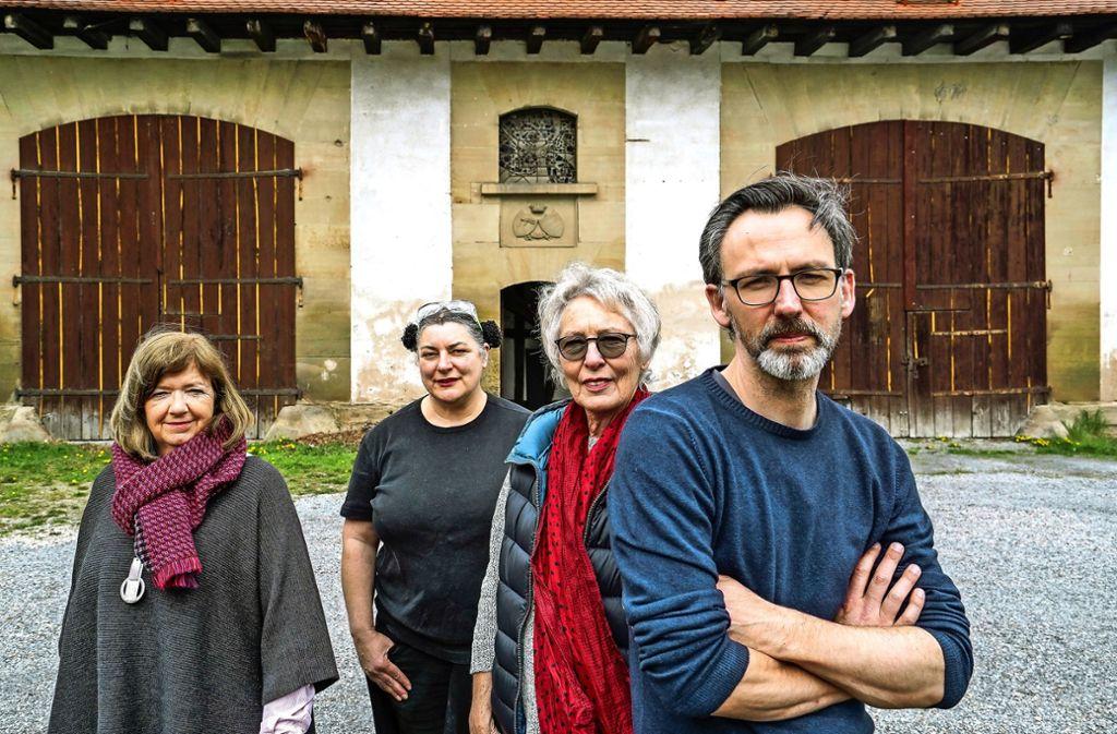 Vier von sechs Künstlern: Ulla Haug-Rößler, Claudia Dietz, Edel Zimmer und Jochen Detscher (von links) Foto: factum/Bach