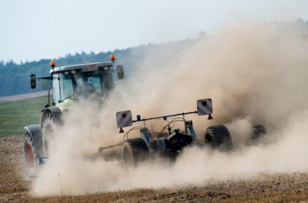 Viel Staub wirbelt ein Landwirt am beim Pflügen seines trockenen Feldes auf: Die Hitze machte der Landwirtschaft zu schaffen Foto: dpa