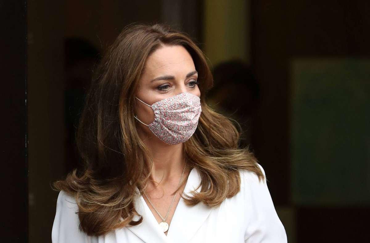Herzogin Kate geht mit gutem Beispiel voran und trägt Mundschutz. Foto: Imago Images/Pool