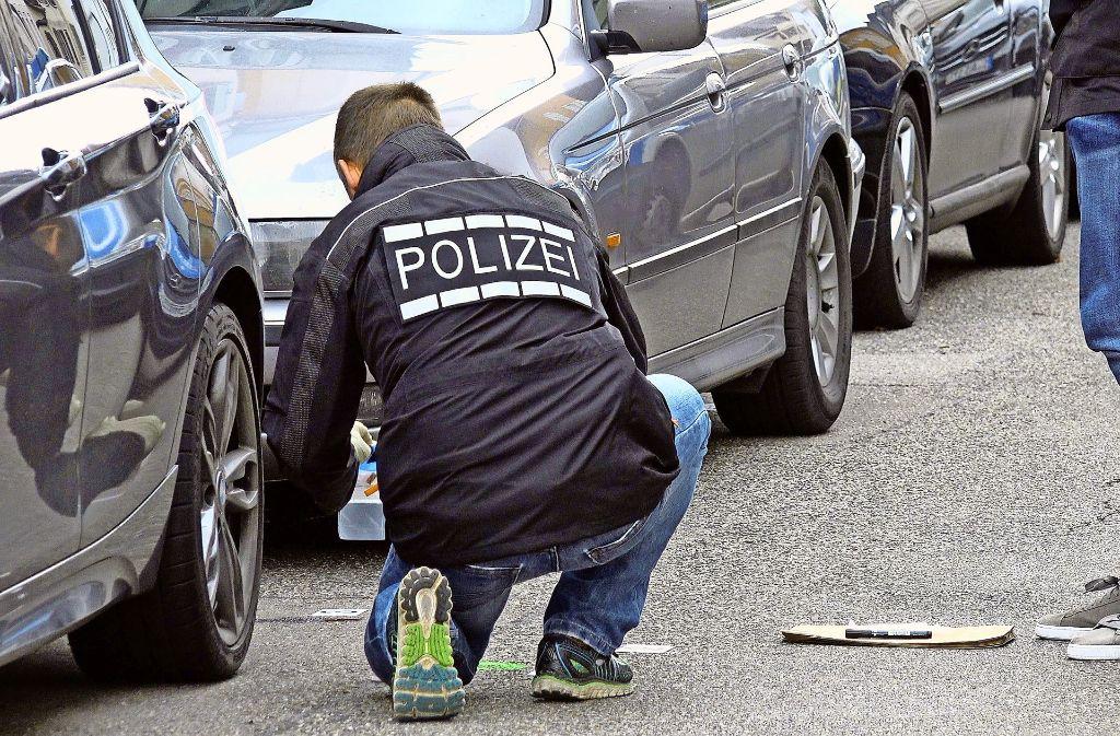 Tatort Karl-Pfaff-Straße: Beamte sichern nach den Schüssen Spuren. Foto: 7aktuell.de/Alexander Hald