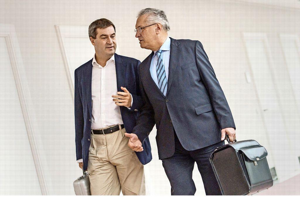 Die bayerischen Ministerkollegen Markus Söder und Joachim Hermann im Gespräch Foto: dpa