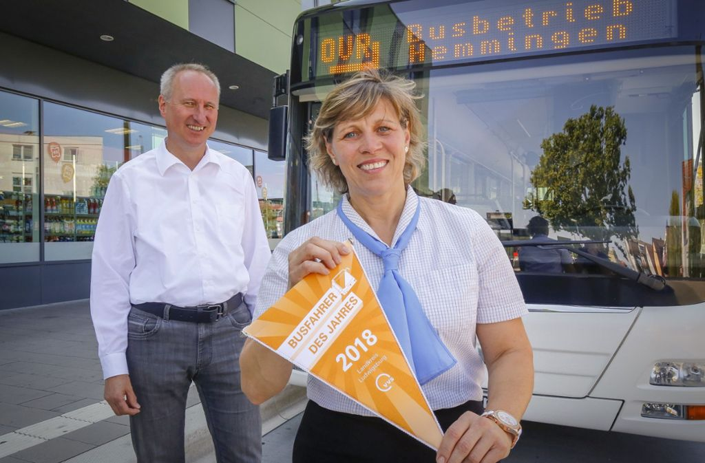 Mona Schneider ist Busfahrerin des Jahres 2018 beim VVS – auch wenn der Wimpel etwas anderes sagt. Foto: factum/Granville