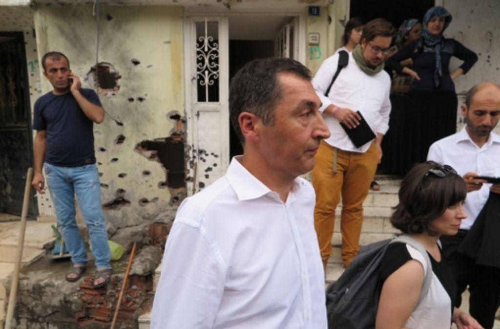 Grünen-Chef Cem Özdemir bei seinem Besuch in der Stadt Cizre. Foto: dpa