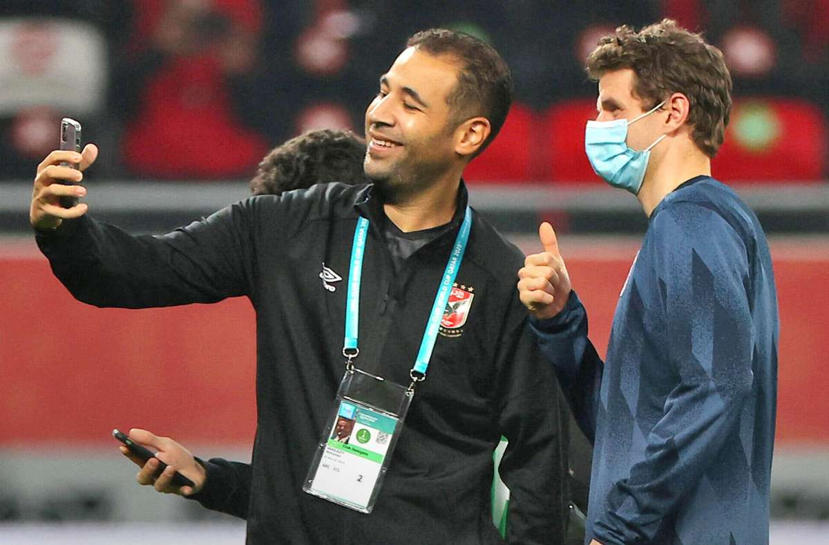 Nach dem Halbfinale der Club-WM machte ein entspannter Thomas Müller (re.) noch Selfies mit einem Betreuer des ägyptischen Gegners  Al Ahly SC. Foto: imago/MIS International
