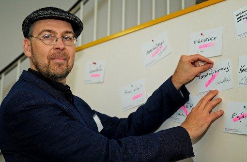 Dirk Hülstrunk betreibt während der Frankfurter Buchmesse ein Büro für überflüssige Wörter im Frankfurter Kunstverein. Foto: dpa