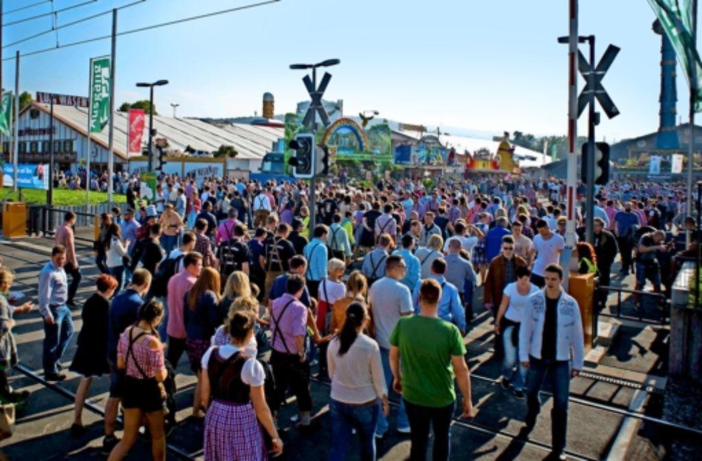Großer Ansturm auf das Volksfest: ein besseres Verkehrskonzept soll in   Zukunft  Entlastung bringen. Foto: Max Kovalenko/lichtgut