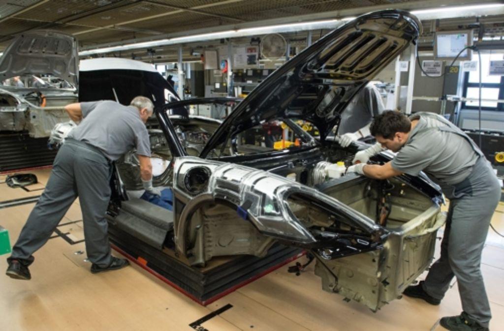 In der neuen Fabrik sollen Arbeiter und Roboter später gemeinsam arbeiten. Foto: dpa