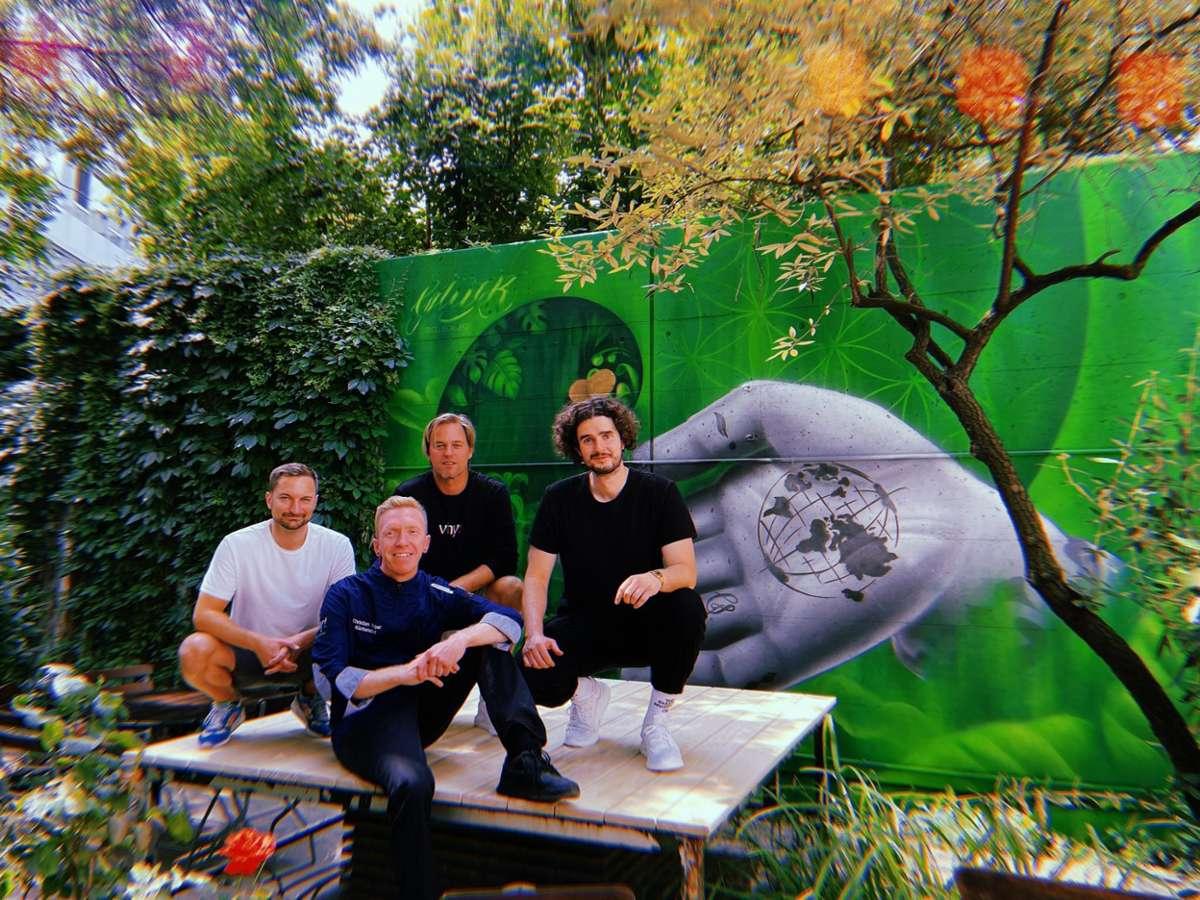 Die Vhy-Crew ist startklar! Christian Weber, Timo Hildebrand und Tim Bengel (v.links) – mit Künstler Moritz Vachenauer (ganz links) freuen sich, dass es endlich losgeht. Foto: Tanja Simoncev