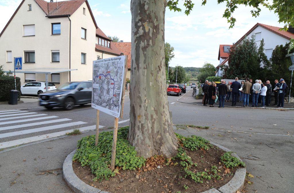 Versammlung auf der Ostseite der Ludwigsburger Straße: Anwohner diskutieren  mit Bürgermeister Johannes Berner. Foto: Patricia Sigerist