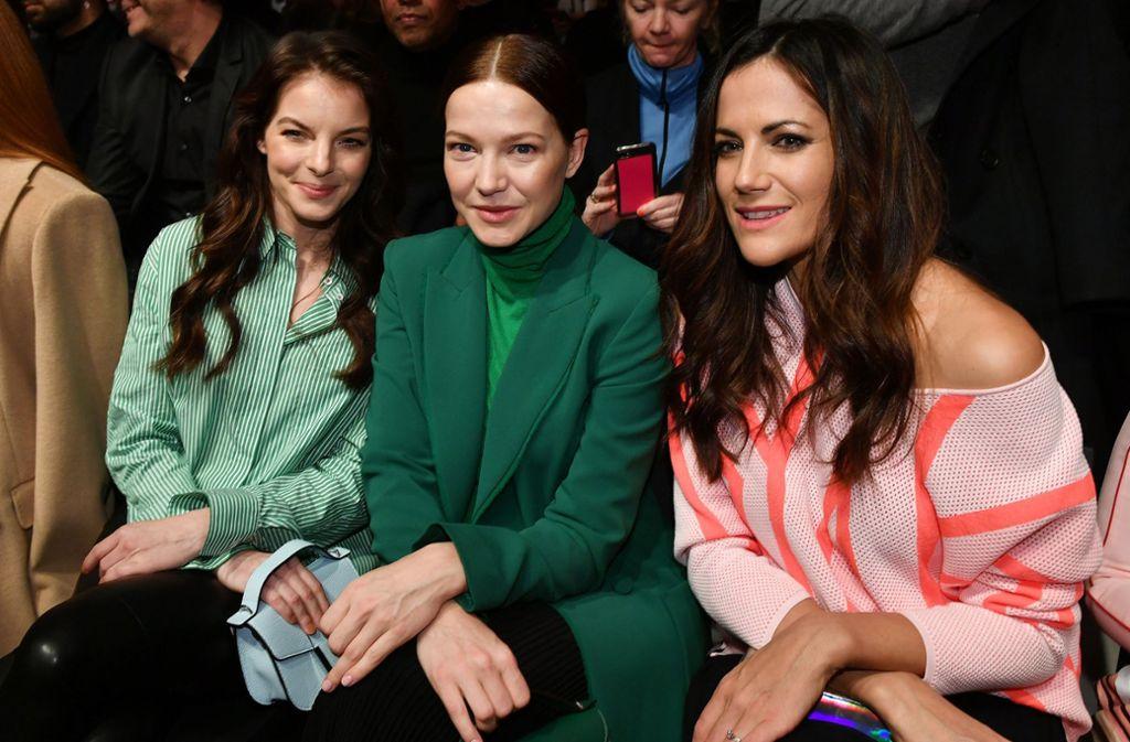 """Man spricht deutsch: In der """"Front Row"""" der Berliner Fashion Week dominiert nationale Prominenz wie Yvonne Catterfeld, Hannah Herzsprung und Bettina Zimmermann (von links). Foto: dpa"""