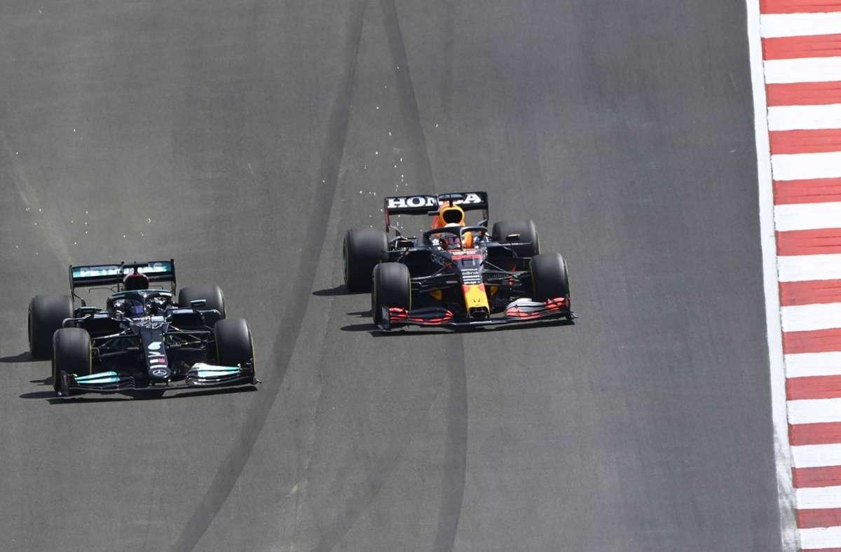 Lewis Hamilton (li.) und Max Verstappen kämpfen auf der Strecke um den Sieg in Portugal – und hinter den Kulissen bekriegen sich Mercedes und Red Bull. Foto: imago/Mark Sutton