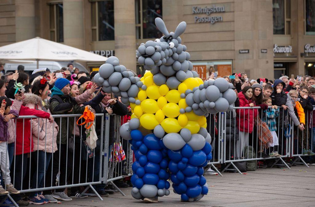 Ausgefallen – Kostüme aus Luftballons. Foto: Lichtgut/Leif Piechowski