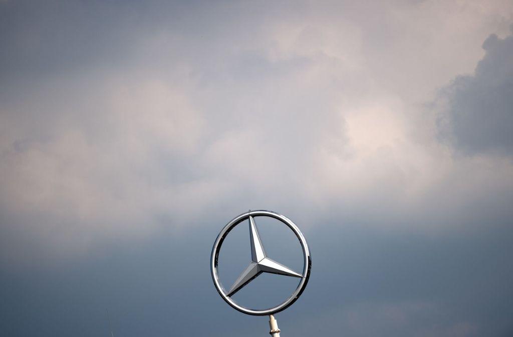 Wolken über dem Mercedesstern: Der Sparkurs des Autobauers trifft auch die Chefetagen. (Archivbild) Foto: dpa/Federico Gambarini