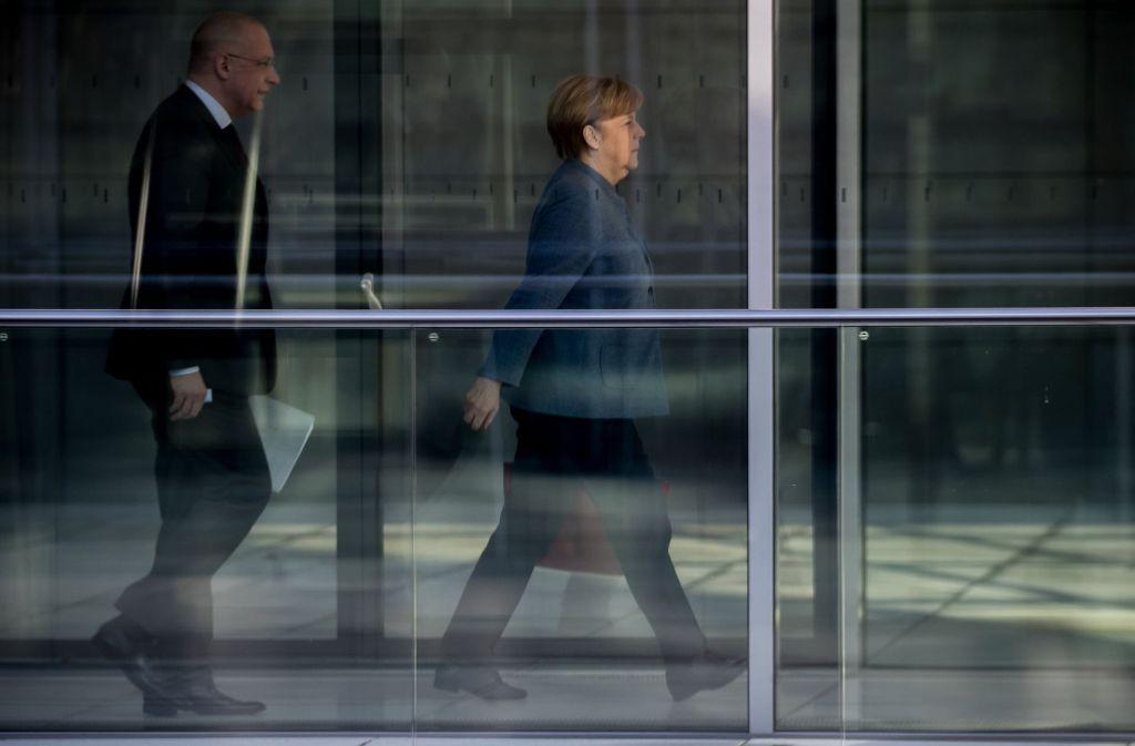 Bundeskanzlerin Angela Merkel und ein Fraktionsmitarbeiter auf dem Weg zu Sondierungsgesprächen. Selten sind die finanziellen Startbedingungen für eine Regierung so gut gewesen. Foto: dpa