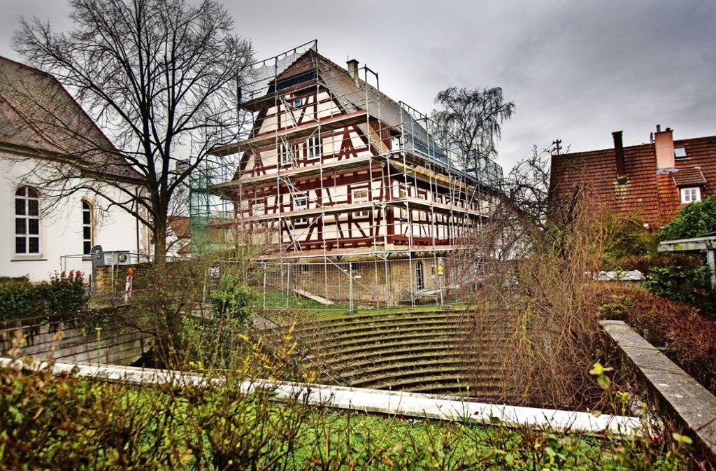 Unter und auf  dem Dach des historischen Klosterhof-Gebäudes sind  inzwischen Ruhe  und Reinlichkeit eingekehrt. Foto: Ines Rudel