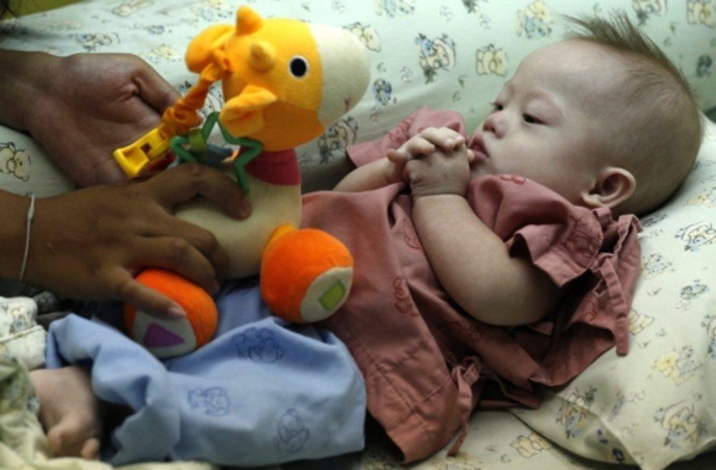 Nach dem Skandal um das behinderte Baby Gammy, das von einer Leihmutter ausgetragen wurde, wollen Thailands Behörder härter durchgreifen. Foto: dpa