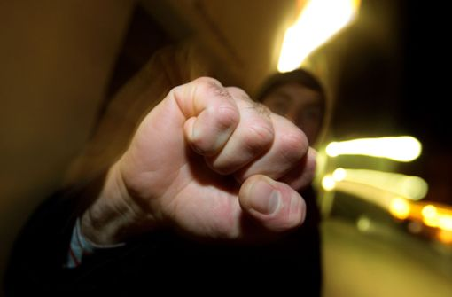 Männer stoßen 29-Jährige Treppe hinunter