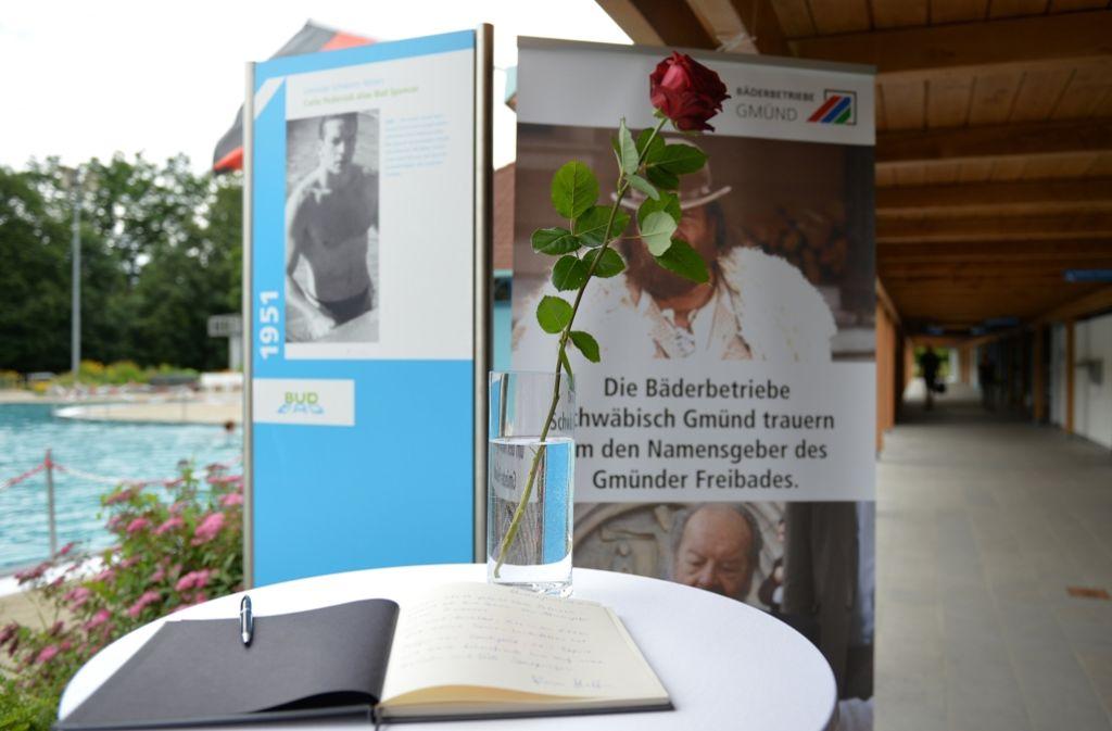 Im Bud-Spencer-Bad erinnern eine rote Rose und Fotos an den verstorbenen Schauspieler, der dem Schwimmbad den Namen gab. Foto: dpa
