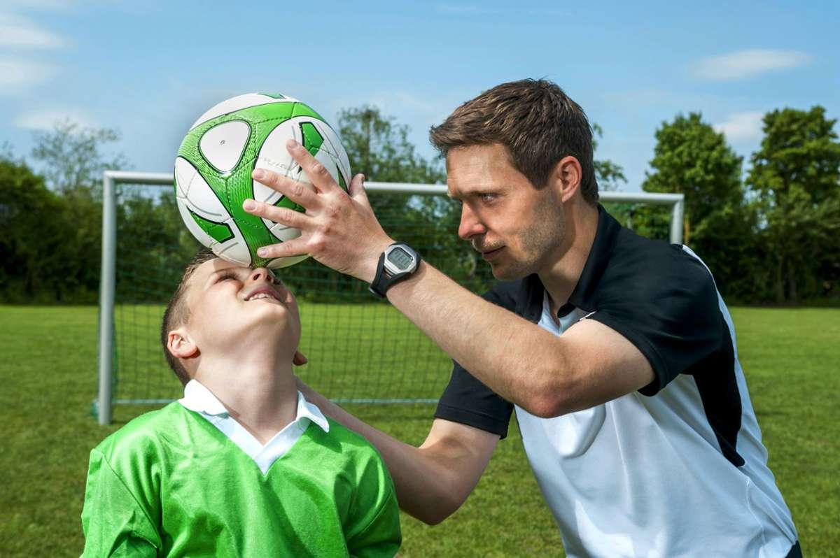 Nicht nur die Trainer der Fußballjugend werden von der höheren Übungsleiterpauschale profitieren, auf die sich  Union und SPD  verständigt haben. Foto: mauritius/ Robert Niedring