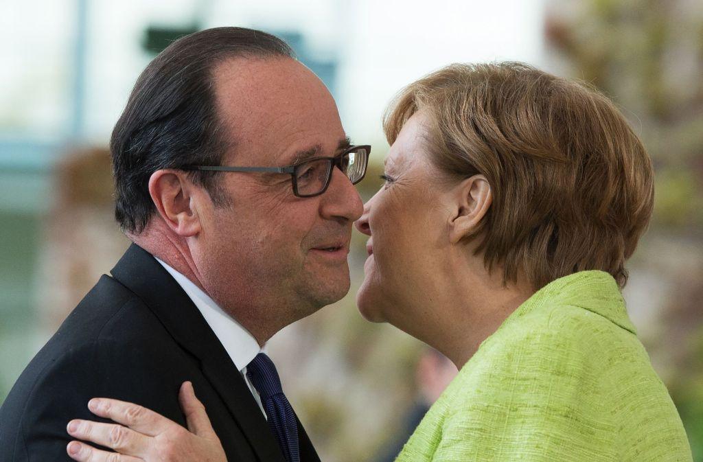 Bundeskanzlerin Angela Merkel (CDU) empfängt in Berlin den scheidenden französischen Präsidenten Francois Hollande. Der sozialistische Präsident wird in wenigen Tagen von dem Mitte-Links-Politiker Macron abgelöst. Foto: dpa